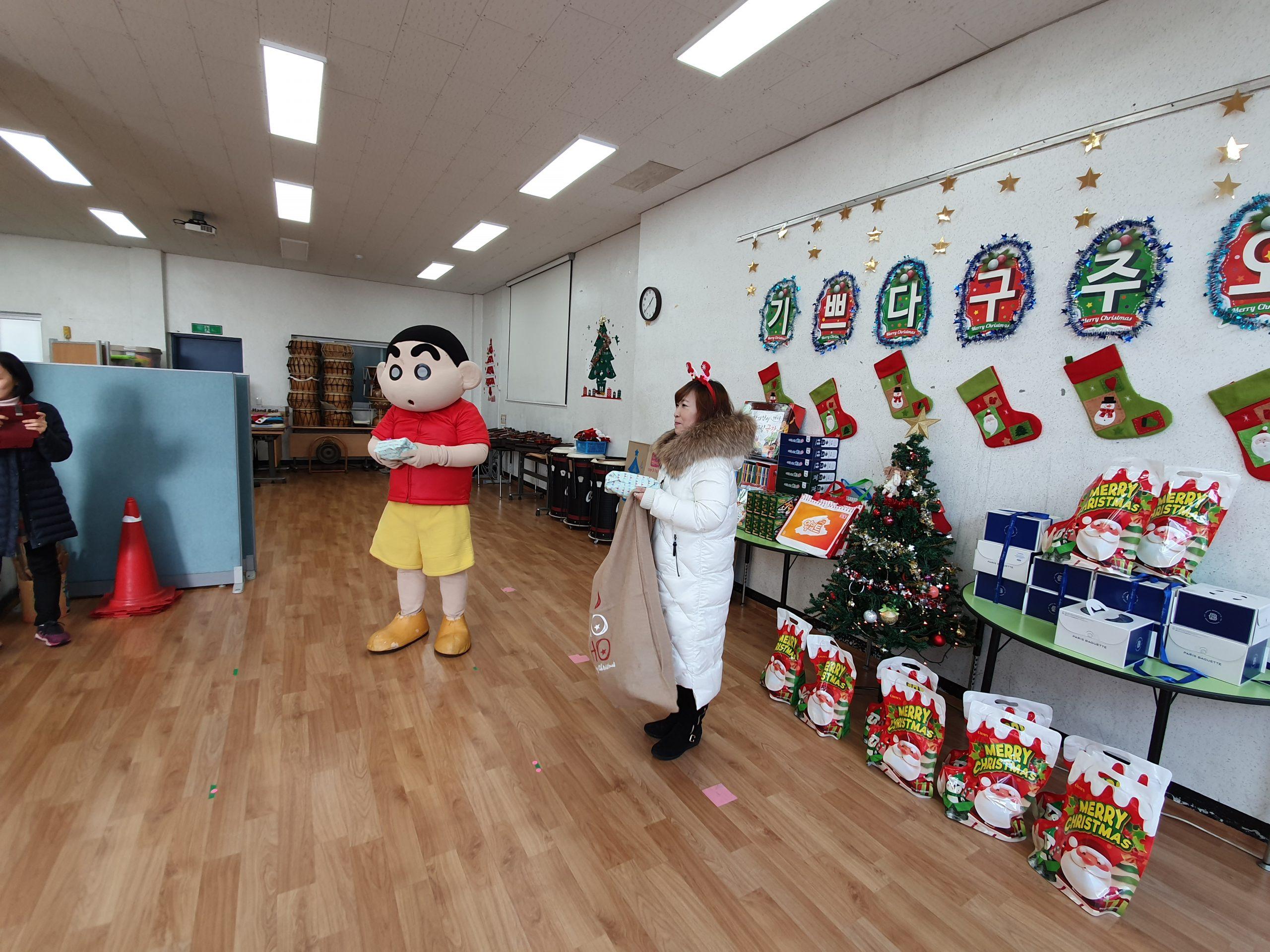 아이다움 참빛문화예술학교에 찾아가는 크리스마스 선물 기증
